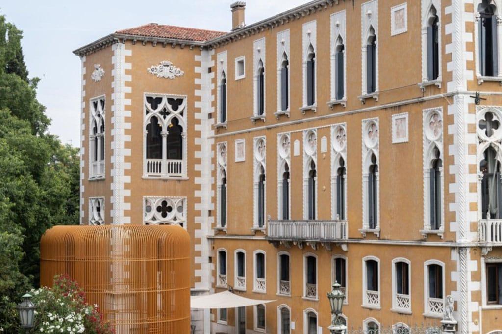 """Trasporto nell'entroterra veneziano dell'opera """"Ai Weiwei: Gilded Cage"""""""