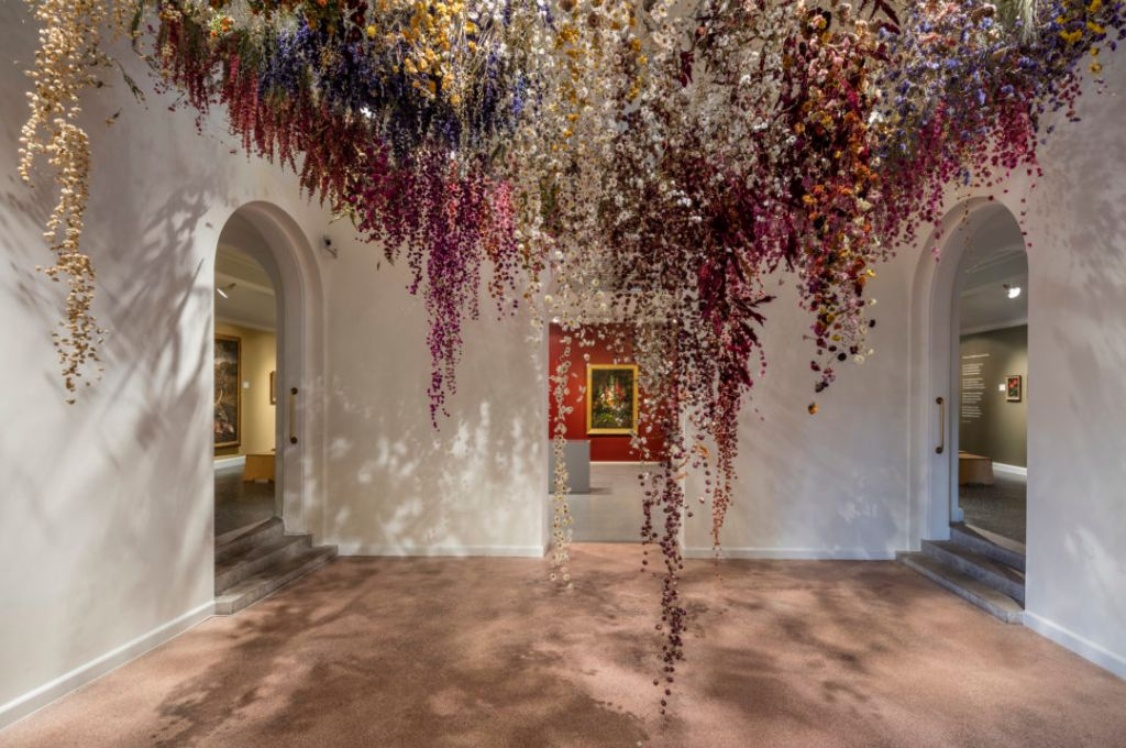 Trasporto composizioni floreali per la mostra 'REBECCA LOUISE LAW'